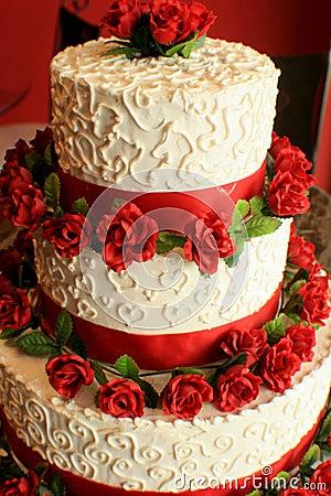 Bolo de casamento com vermelho