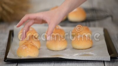 Bolos de levedura, frescos e deliciosos, cozidos, com crosta em folha de balanço vídeos de arquivo