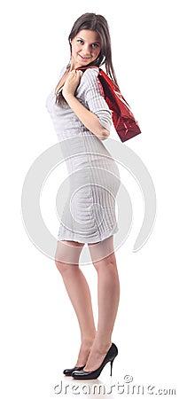 Bolso rojo que hace compras del asimiento de la mujer joven. Descuento