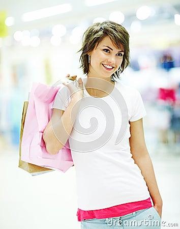 Bolsos de compras lindos de la explotación agrícola de la mujer joven