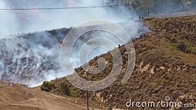 BOMBEROS del incendio fuera de control el 1m metrajes