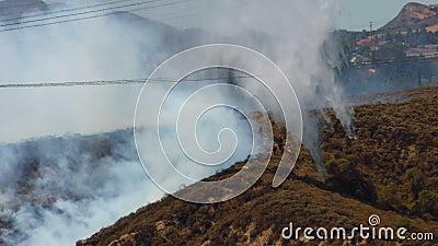 BOMBEROS del incendio fuera de control 1l almacen de video