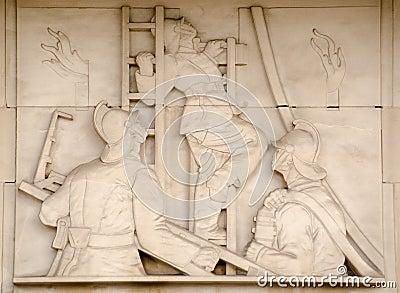 Bomberos en escultura de las escaleras