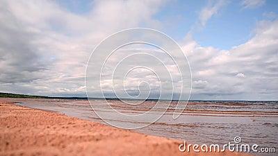 Bonita naturaleza con arena en la playa, cielo azul con nubes y pequeñas olas de mar Playa vacía Nadie metrajes