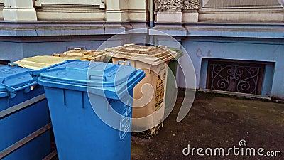 Bonn Germany, dnia 16 grudnia 2019 r.: Skrzynki na śmieci zainstalowane na ulicy do oddzielnej zbiórki śmieci zdjęcie wideo