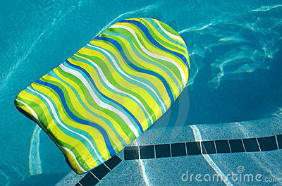 Boogie-Stoß-Vorstand im Swimmingpool