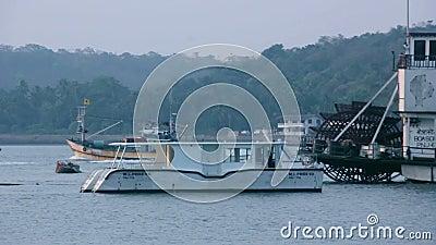 Boot, das vorbei auf einen ruhigen See überschreitet stock footage