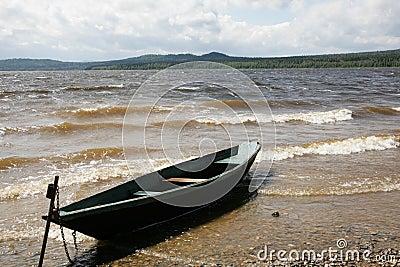 Boot dichtbij meer