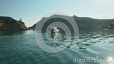 Boot die op de Baai varen stock video