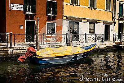 Boot in einem Kanal