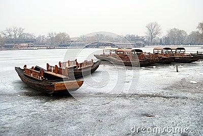 Boot op ijs hierboven