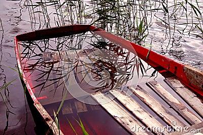 Boot voll des Wassers