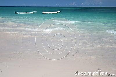 Boote im grünen Ozean, weißer Sand-Strand