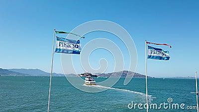 Bootfahrt von Pier 39 nach Alcatraz an einem Sommertag stock footage