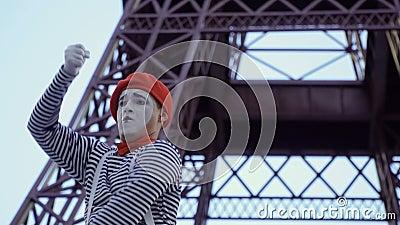 Boots ontdekker in rode baret en gestript overhemd bij de torenachtergrond van Eiffel na stock videobeelden