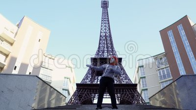 Boots in rood baret gestript overhemd na die grappige scènes tonen bij de Torenachtergrond van Eiffel stock footage