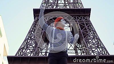 Boots toeristenonderzoek met de toren van kaarteiffel na stock footage