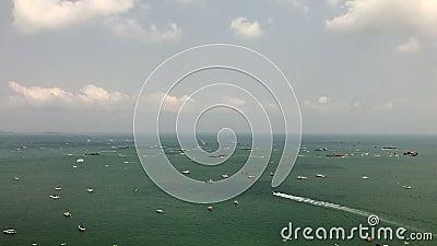 Bootsbewegung im Wasserstand von Pattaya stock video footage