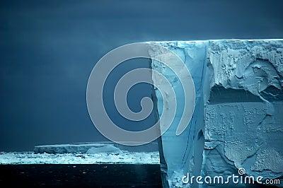Borde de estante de hielo con la desviación de la nieve