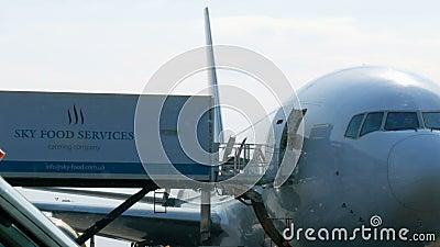 Borispol, Ukraina - 21 kwietnia 2019: Samolot w porcie lotniczym jest wyładowywany po locie Płaszczyzna drogi startowej do przygo zbiory wideo