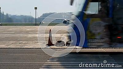 Borispol, Ukraina - 21 kwietnia 2019: Samolot w porcie lotniczym jest wyładowywany po locie Płaszczyzna drogi startowej do przygo zdjęcie wideo
