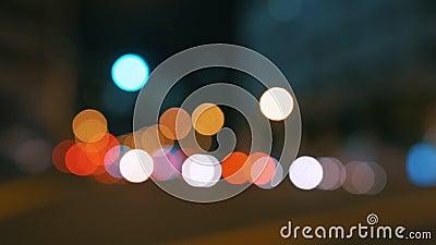 Borrão real do bokeh da câmera dos sinais defocused grandes ocupados da noite da cidade - 4k