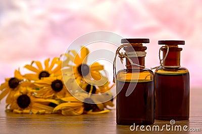 Botella de Aromatherapy con el fondo de la flor