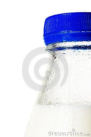 Botella mojada de leche, tiro macro