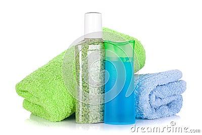 Botellas cosméticas con las toallas