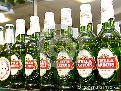 Botellas de cerveza de Stella Artois en la barra Imagen editorial