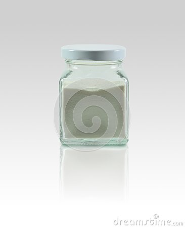 Bottiglie di vetro su fondo con la riflessione