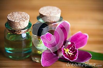 Bottiglie ed orchidea dell aroma