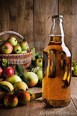 Free Bottled Cider With Apples Stock Photography - 16205052