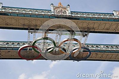 Boucles olympiques sur la passerelle de tour - Londres 2012 Image stock éditorial