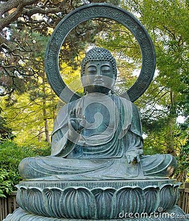 Bouddha en bronze dans le jardin de japonais de san for Bouddha dans un jardin