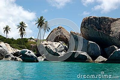 Boudlers en de palmenlijn turkooise wateren van het graniet