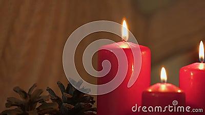 Bougie d'éclairage de fille, regardant la flamme, concept de sécurité incendie Noël banque de vidéos