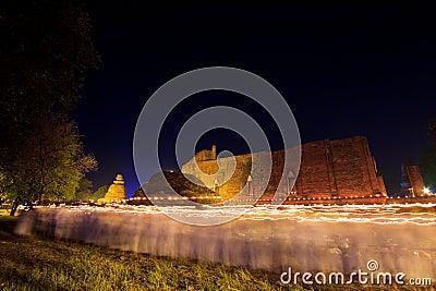 Bougies autour du temple antique