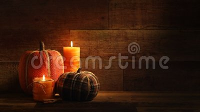 Bougies de récolte d'automne et Pumkins brodé sur la rétro vidéo en bois de fond clips vidéos