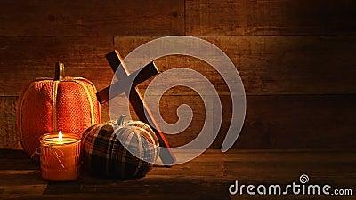 Bougies et Pumkins de récolte d'automne avec la croix sur la rétro vidéo en bois de fond banque de vidéos