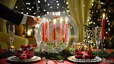 Bougies masculines de Noël de lumières de main banque de vidéos