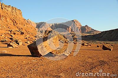 Boulder debajo de los acantilados bermellones