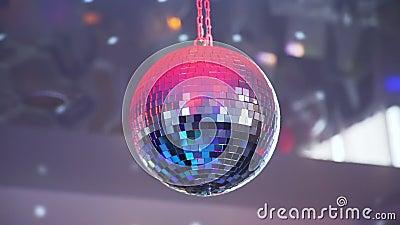 Boule de disco avec les rayons lumineux banque de vidéos