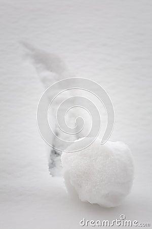 Boule de neige allante en descendant de concept de séance de réflexion