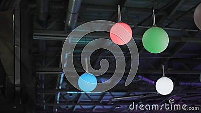 Boules de lumières colorées au plafond la décoration du centre commercial banque de vidéos