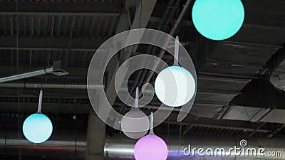 Boules de lumières colorées au plafond la décoration du centre commercial clips vidéos