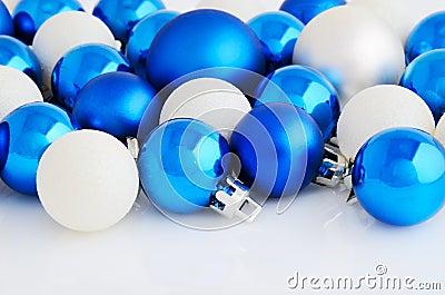boules de no l bleu et blanc sur le fond blanc photo stock image 45829002. Black Bedroom Furniture Sets. Home Design Ideas
