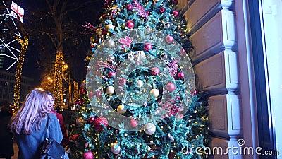Boules de Noël sur l'arbre de Noël, arbre de nouvelle année, le 1er janvier 2018 : Les gens marchent le long de l'avenue principa banque de vidéos