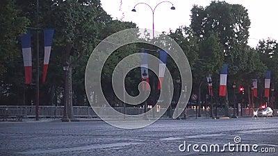 Boulevard Champs-Elysees di Empy a Parigi con molte bandiere per la festa nazionale della Francia video d archivio