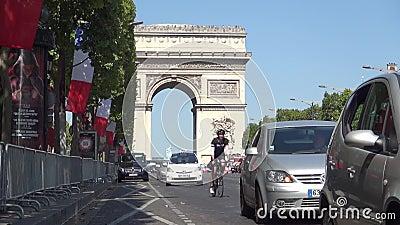 Boulevard di Champs-Elysees con traffico di automobile e Arc de Triomphe nel fondo video d archivio